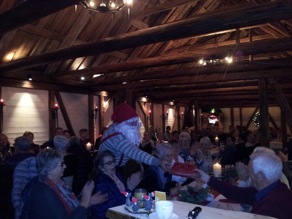 Juletur for 90 personer med kåseri og sanger om Munthegaarden,julemiddag og besøk av selveste julenissen